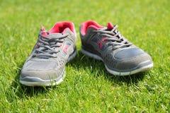 Chaussures de sports - espadrilles Espadrilles sur le terrain de football Images libres de droits