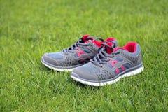 Chaussures de sports - espadrilles Espadrilles sur le terrain de football Photo libre de droits