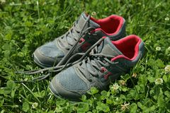 Chaussures de sports - espadrilles Espadrilles sur le terrain de football Photographie stock libre de droits