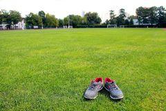 Chaussures de sports - espadrilles Espadrilles sur le terrain de football Photographie stock