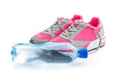 Chaussures de sports et une bouteille de l'eau Image libre de droits