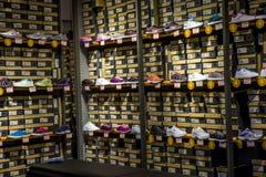 Chaussures de sports sur des étagères Images libres de droits