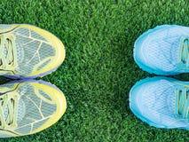 Chaussures de sports sur l'herbe Photos libres de droits