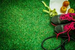 chaussures de sports sur le fond de l'herbe verte Image stock
