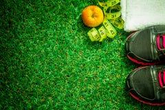 chaussures de sports sur le fond de l'herbe verte Images stock