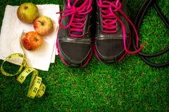chaussures de sports sur le fond de l'herbe verte Image libre de droits