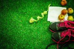 chaussures de sports sur le fond de l'herbe verte Photos libres de droits