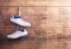 Chaussures de sports sur le plancher Photo libre de droits