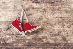 Chaussures de sports sur le plancher Photographie stock libre de droits