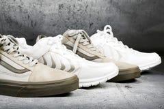 Chaussures de sports sur un fond concret Photo stock