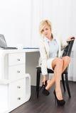 Chaussures de talon haut d'usage de douleur de pieds de femme d'affaires nouvelles Photo libre de droits