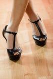 Chaussures de talons hauts sur les jambes femelles sexy Photos stock
