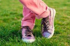 Chaussures de tennis brillantes sur les pieds de l'enfant Photographie stock