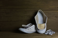Chaussures de toile blanches sur le fond en bois, toujours la vie Images stock