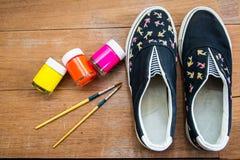 Chaussures de toile peintes fabriquées à la main Photographie stock libre de droits