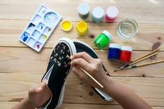 Chaussures de toile peintes fabriquées à la main Images stock