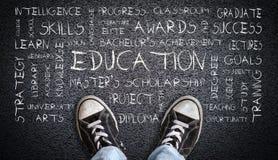 Chaussures de toile de port d'ado sur Asphalt With Education Word Cloud Photographie stock libre de droits