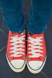 Chaussures de toile rouges d'usage de femme Photo libre de droits