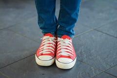 Chaussures de toile rouges d'usage de femme Images libres de droits
