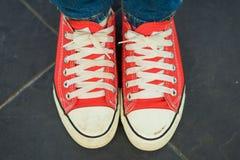 Chaussures de toile rouges d'usage de femme Photos libres de droits