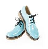 Chaussures de turquoise pour l'école d'isolement sur le blanc Photo stock