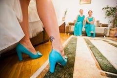 Chaussures de turquoise sur des jambes de tatoo de jeune mariée Image stock