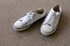 Chaussures de vintage, espadrilles blanches sur le fond de plancher Image stock