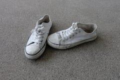 Chaussures de vintage, espadrilles blanches sur le fond de plancher Photos libres de droits