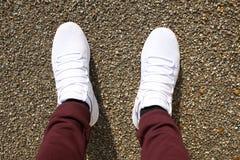 Chaussures des pieds d'un homme dans des espadrilles photos libres de droits