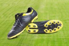 Chaussures du football sur l'herbe Photos stock