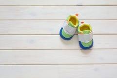 Chaussures du ` s d'enfants pour un garçon nouveau-né coloré Fond W léger Photographie stock libre de droits