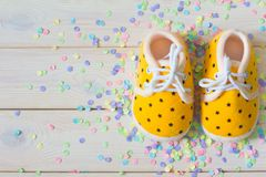 Chaussures du ` s d'enfants pour une fille nouveau-née jaune Wh léger de fond Image stock