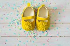 Chaussures du ` s d'enfants pour une fille nouveau-née jaune Wh léger de fond Images stock