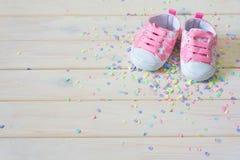 Chaussures du ` s d'enfants pour une fille nouveau-née Rose Petit morceau léger de fond Photos stock