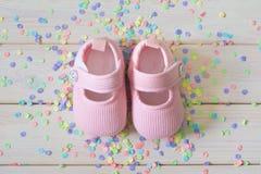 Chaussures du ` s d'enfants pour une fille nouveau-née Rose Petit morceau léger de fond Images libres de droits
