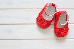 Chaussures du ` s d'enfants pour une fille nouveau-née Rouge Blanc léger de fond Image libre de droits
