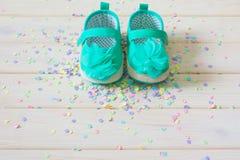 Chaussures du ` s d'enfants pour une fille nouveau-née turquoise Lumière de fond Photographie stock libre de droits