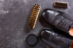 Chaussures du ` s d'hommes de couleur avec des accessoires de soin Photographie stock libre de droits