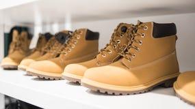 Chaussures du ` s d'hommes sur l'étagère du magasin Image libre de droits