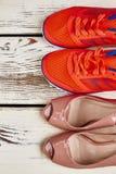 Chaussures du ` s de femmes dans la rangée Image stock