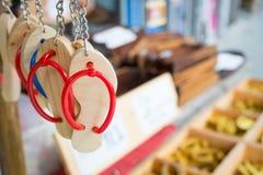 Chaussures en bois de Keychain dans un magasin images stock