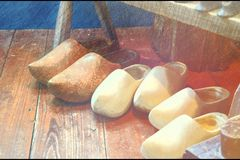Chaussures en bois néerlandaises - 3 paires côte à côte sur un plancher en bois photos libres de droits