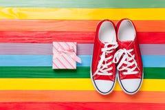 Chaussures en caoutchouc avec les dentelles blanches Images stock