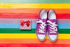 Chaussures en caoutchouc avec les dentelles blanches Photo libre de droits