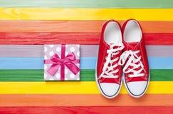 Chaussures en caoutchouc avec les dentelles blanches Photos libres de droits