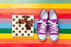 Chaussures en caoutchouc avec les dentelles blanches Photo stock