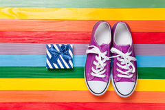 Chaussures en caoutchouc avec les dentelles blanches Images libres de droits