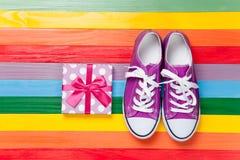 Chaussures en caoutchouc avec les dentelles blanches Photos stock
