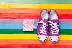 Chaussures en caoutchouc avec les dentelles blanches Photographie stock libre de droits