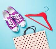 Chaussures en caoutchouc avec les dentelles blanches et cintre avec le panier Image libre de droits